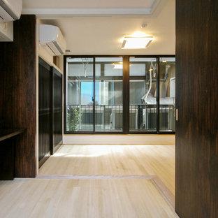 Idée de décoration pour une grand chambre parentale asiatique avec un mur blanc, un sol en bois clair et un sol blanc.
