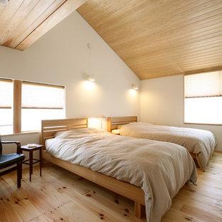 他の地域のアジアンスタイルのおしゃれな寝室 (白い壁、淡色無垢フローリング) のレイアウト
