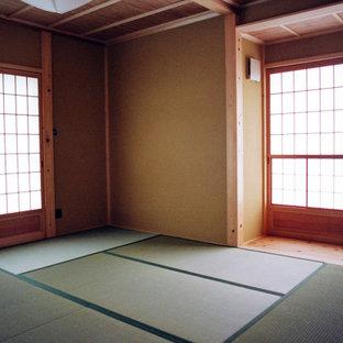 Inspiration pour une petit chambre parentale traditionnelle avec un sol de tatami.