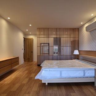 Foto di una camera matrimoniale con pareti bianche, nessun camino, pavimento marrone, soffitto in carta da parati e carta da parati