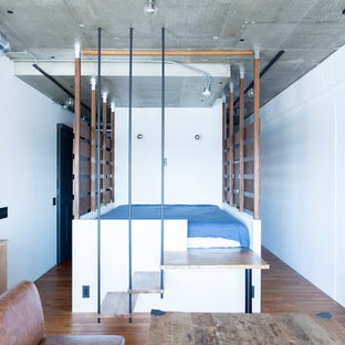 東京23区の中くらいのインダストリアルスタイルのおしゃれな寝室 (白い壁、無垢フローリング、茶色い床)
