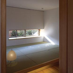 Ejemplo de dormitorio principal, asiático, con paredes blancas y tatami