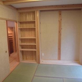 東京都下の小さい和風のおしゃれな主寝室 (ベージュの壁、畳、ベージュの床)