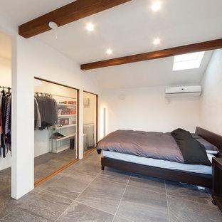 他の地域のモダンスタイルのおしゃれな寝室 (グレーの床)