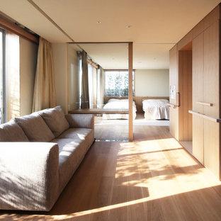 Ejemplo de dormitorio principal, moderno, grande, con suelo de contrachapado y suelo marrón
