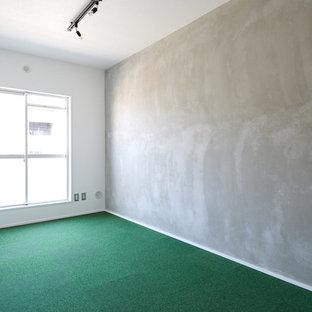 Esempio di una camera matrimoniale rustica con pareti grigie, moquette e pavimento verde