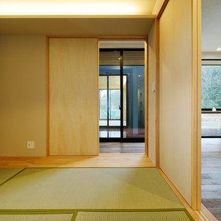 Modelo de dormitorio escandinavo con tatami, suelo verde y paredes blancas
