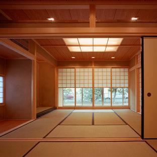 Exemple d'une chambre parentale asiatique de taille moyenne avec un mur beige, un sol de tatami, aucune cheminée et un sol beige.
