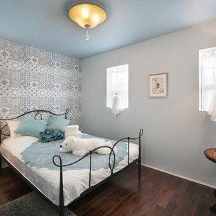 他の地域のトラディショナルスタイルのおしゃれな寝室 (濃色無垢フローリング) のインテリア