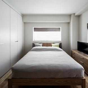 神戸のコンテンポラリースタイルのおしゃれな寝室 (白い壁、無垢フローリング、茶色い床)