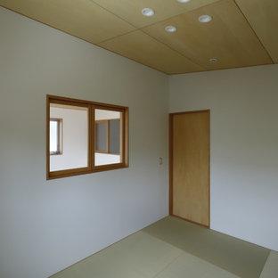 Ejemplo de dormitorio principal y madera, rural, con paredes blancas y tatami