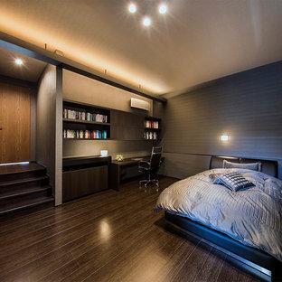 コンテンポラリースタイルのおしゃれな主寝室 (グレーの壁、暖炉なし、茶色い床) のインテリア