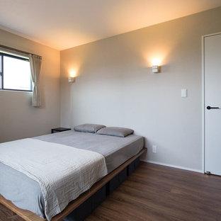 名古屋の中くらいの北欧スタイルのおしゃれな寝室 (グレーの壁、濃色無垢フローリング、茶色い床) のインテリア