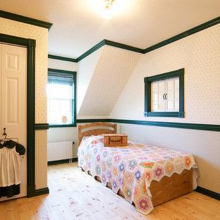 東京23区の小さいトラディショナルスタイルのおしゃれな寝室 (ベージュの壁、淡色無垢フローリング、ベージュの床)