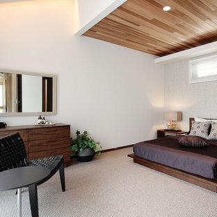 横浜のミッドセンチュリースタイルのおしゃれな寝室 (白い壁、カーペット敷き、ベージュの床)