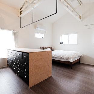 東京23区のインダストリアルスタイルのおしゃれな寝室 (白い壁、塗装フローリング、茶色い床) のレイアウト