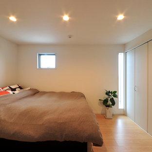 Bild på ett lantligt huvudsovrum, med vita väggar, plywoodgolv och rosa golv