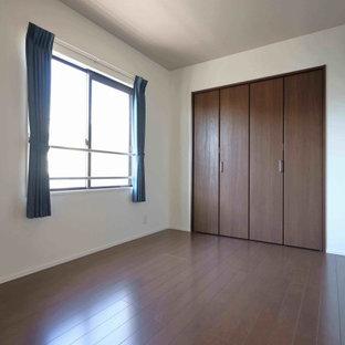 Esempio di una camera da letto minimalista con pareti bianche, pavimento in compensato, pavimento marrone e carta da parati