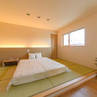 Пример оригинального дизайна: спальня среднего размера в восточном стиле с белыми стенами, татами и зеленым полом