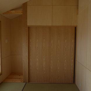 Foto de dormitorio principal, abovedado y madera, moderno, pequeño, madera, con paredes beige, tatami, suelo verde y madera