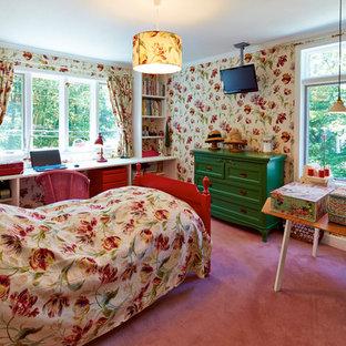 Стильный дизайн: спальня в стиле шебби-шик с ковровым покрытием, разноцветными стенами и розовым полом - последний тренд