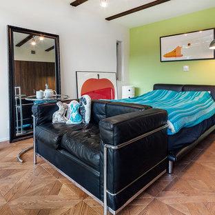他の地域のコンテンポラリースタイルのおしゃれな寝室 (マルチカラーの壁、無垢フローリング、茶色い床)