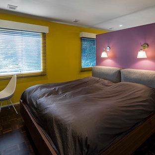 他の地域のコンテンポラリースタイルのおしゃれな寝室 (黄色い壁、濃色無垢フローリング、茶色い床) のインテリア