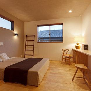 他の地域の和風のおしゃれな主寝室 (ベージュの壁、無垢フローリング、茶色い床) のインテリア
