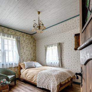 他の地域のトラディショナルスタイルのおしゃれな主寝室 (マルチカラーの壁、無垢フローリング、茶色い床) のレイアウト