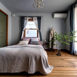 他の地域のミッドセンチュリースタイルのおしゃれな寝室 (グレーの壁、無垢フローリング、茶色い床) のレイアウト