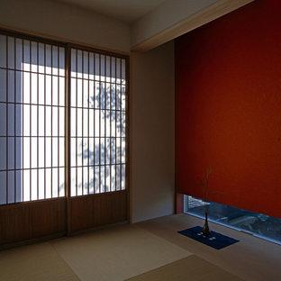 Стильный дизайн: гостевая спальня среднего размера в восточном стиле с красными стенами, татами и коричневым полом без камина - последний тренд