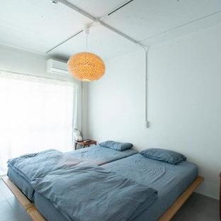 東京23区のインダストリアルスタイルのおしゃれな寝室 (白い壁、グレーの床)