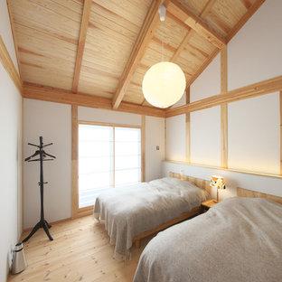 他の地域のアジアンスタイルのおしゃれな寝室 (白い壁、無垢フローリング、茶色い床)