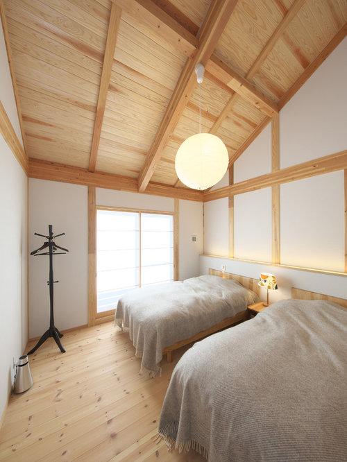 Asiatisches Schlafzimmer Mit Weißer Wandfarbe, Braunem Holzboden Und  Braunem Boden In Sonstige