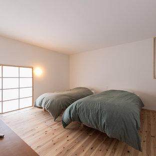 横浜のアジアンスタイルのおしゃれな寝室 (白い壁、淡色無垢フローリング、ベージュの床) のインテリア