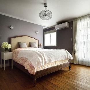他の地域のトランジショナルスタイルのおしゃれな主寝室 (グレーの壁、無垢フローリング、茶色い床)