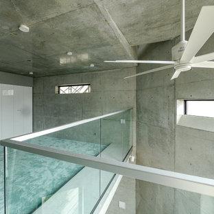 Idee per una piccola camera matrimoniale industriale con pareti grigie, moquette e pavimento turchese