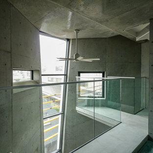 Bild på ett litet industriellt huvudsovrum, med grå väggar, heltäckningsmatta och turkost golv