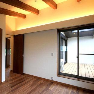 Пример оригинального дизайна: хозяйская спальня среднего размера в классическом стиле с бежевыми стенами, полом из фанеры и коричневым полом