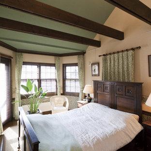 他の地域のカントリー風おしゃれな寝室 (ベージュの壁) のレイアウト