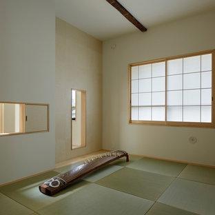 Foto de habitación de invitados nórdica, de tamaño medio, con paredes blancas, tatami y suelo beige