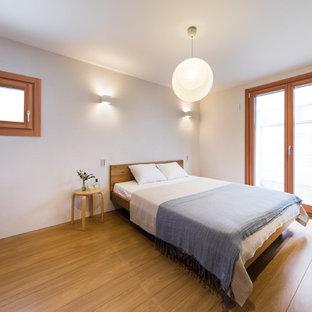 東京23区の小さいモダンスタイルのおしゃれな主寝室 (白い壁、無垢フローリング、暖炉なし、茶色い床) のインテリア