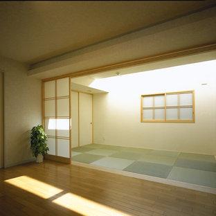 Стильный дизайн: хозяйская спальня среднего размера в стиле модернизм с белыми стенами, татами и зеленым полом без камина - последний тренд
