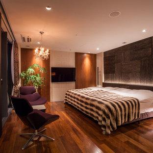 他の地域のコンテンポラリースタイルのおしゃれな寝室 (濃色無垢フローリング、茶色い床) のレイアウト