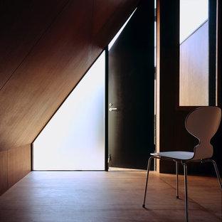 Modelo de dormitorio principal, moderno, pequeño, con paredes marrones, suelo de contrachapado y suelo marrón