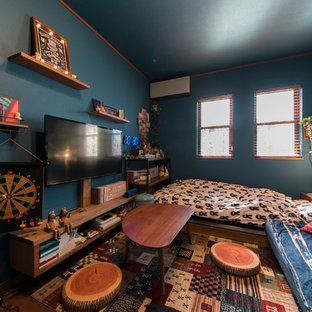 東京都下の中くらいのラスティックスタイルのおしゃれな寝室 (青い壁、塗装フローリング、暖炉なし、茶色い床) のレイアウト