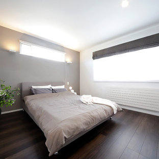 Asian bedroom in Sapporo with multi-coloured walls, dark hardwood floors and brown floor.