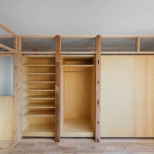 東京都下の中サイズの和風のおしゃれな主寝室 (白い壁、淡色無垢フローリング、ベージュの床) のインテリア