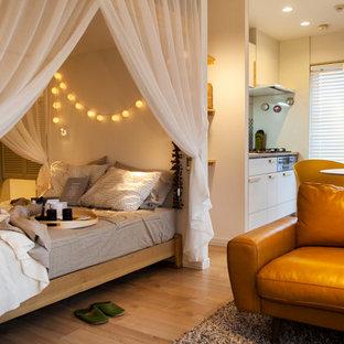 他の地域の小さい北欧スタイルのおしゃれな寝室 (白い壁、淡色無垢フローリング、茶色い床) のレイアウト