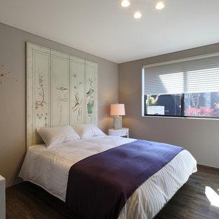 他の地域のアジアンスタイルのおしゃれな客用寝室 (ベージュの壁、磁器タイルの床、茶色い床) のレイアウト